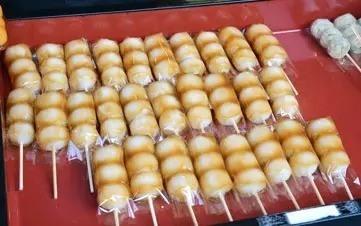 Dango Dango (だんご) sont de petites boulettes faites à partir de farine de riz doux, avec une texture légèrement plus moelleuse que le daifuku.  Pour les préparer, la farine de riz est mélangée à de l'eau chaude pour former une pâte, puis façonnée en boulettes, qui sont bouillies, piquées en brochettes et grillées. Des graines de sésame sont généralement ajoutées à la farine de riz pour donner au dango un goût plus fruité.
